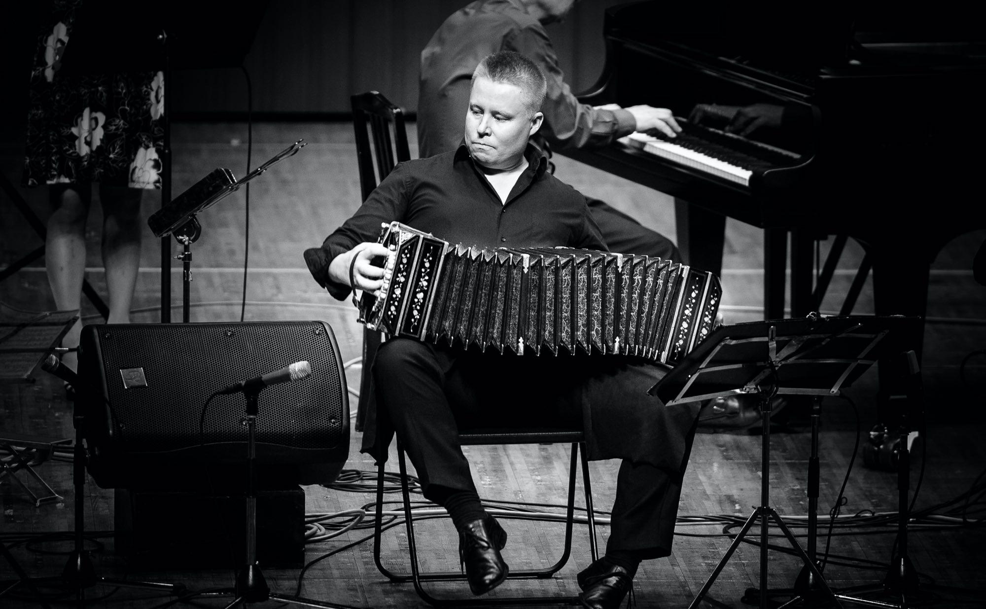 Ville Hiltula playing accordeon