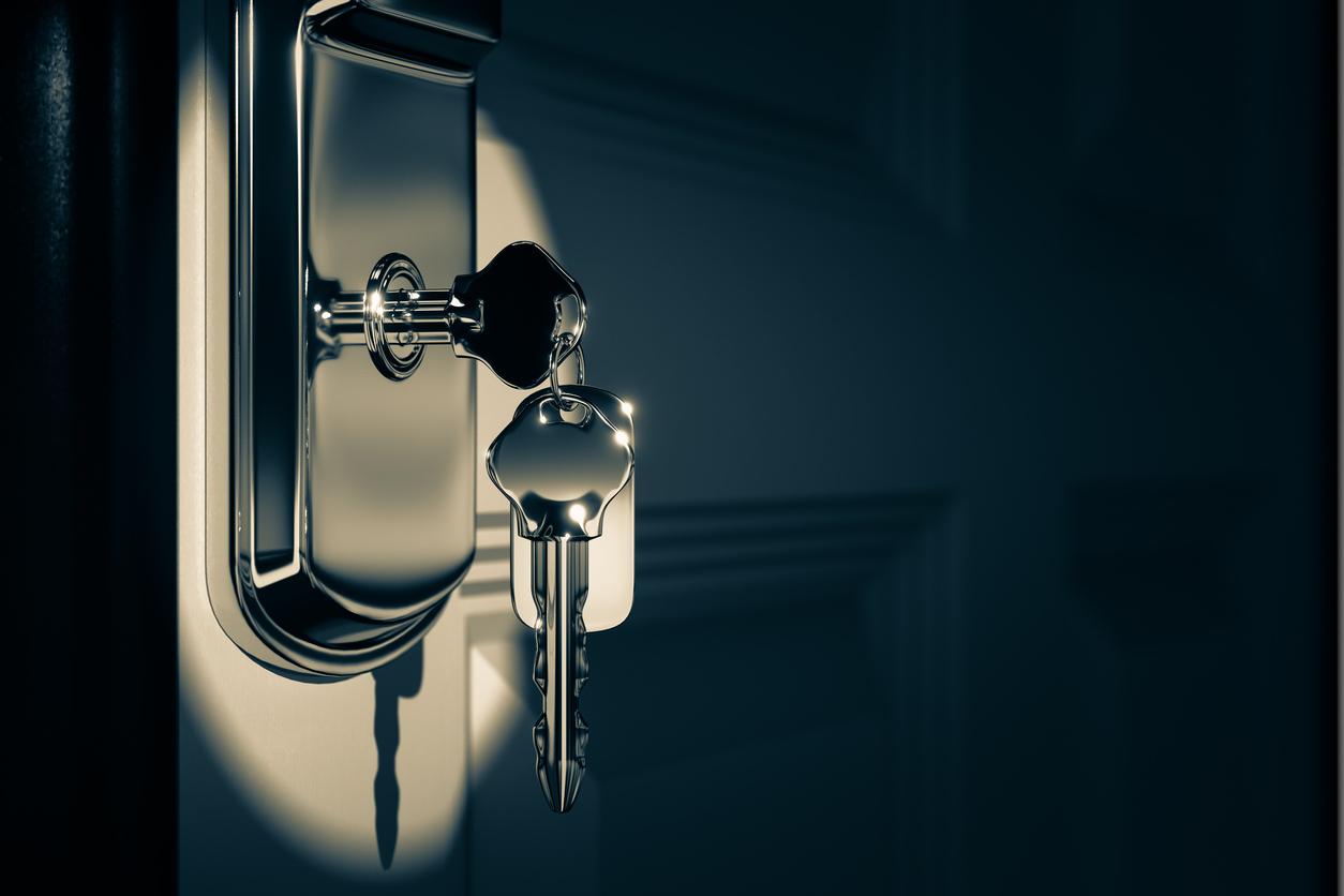 Jiko Bukken: key hanging from a door knob
