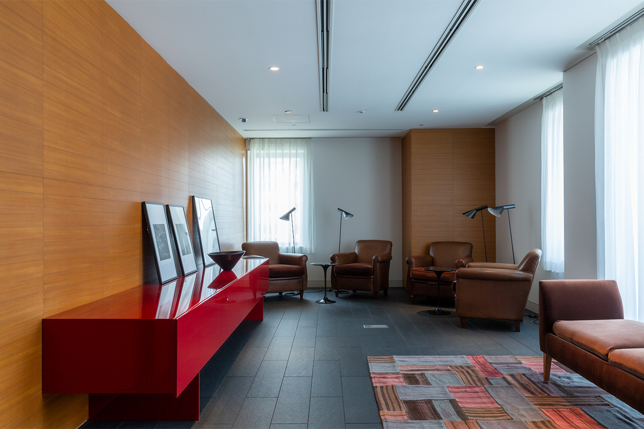 The lounge – a relaxing space decorated with warm colors.